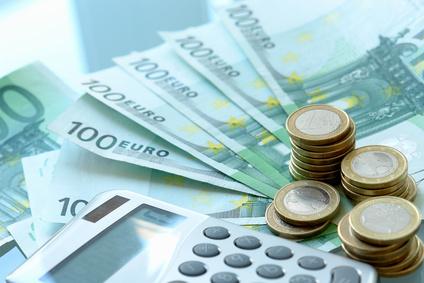 Ein Taschenrechner und Euro Geldscheine der europäischen Union